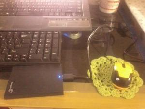 Tatakan cangkir iseng saya pakai sebagai mousepad cadangan.